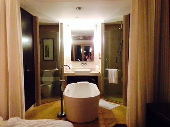 Howard Johnson Resort Sanya Bay: Bathroom was spacious and clean