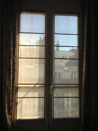 Hotel Berne Opera: French windows which open out into the balcony