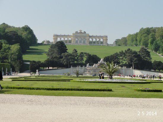 Gärten von Schönbrunn: View from the palace towards the Gloriette