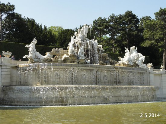 Schonbrunner Gardens: Neptune Fountain