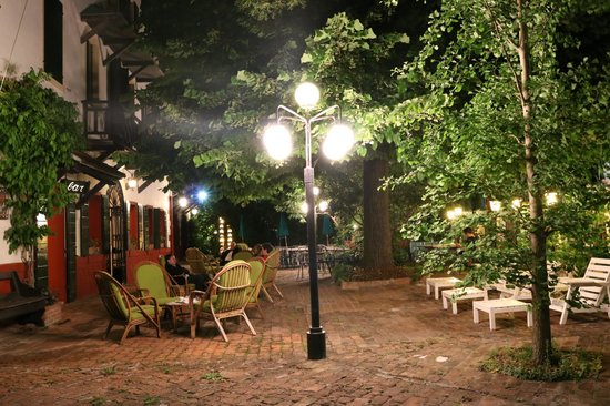 Quattro Fontane Hotel: the patio at night