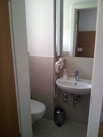 Thalmair Hotel: WC & Waschtisch