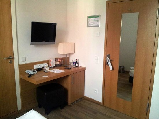Thalmair Hotel: Schreibtisch, Minibar & TV