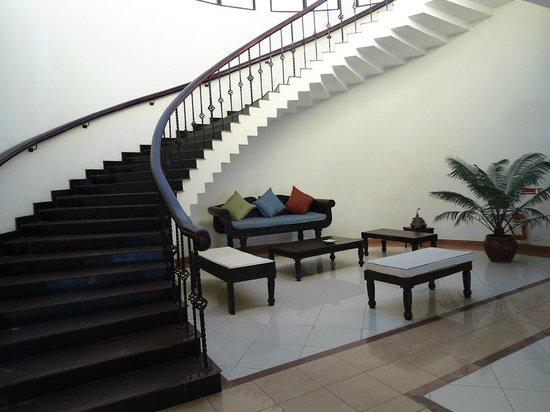 Golden Tulip Dar Es Salaam: Lobby