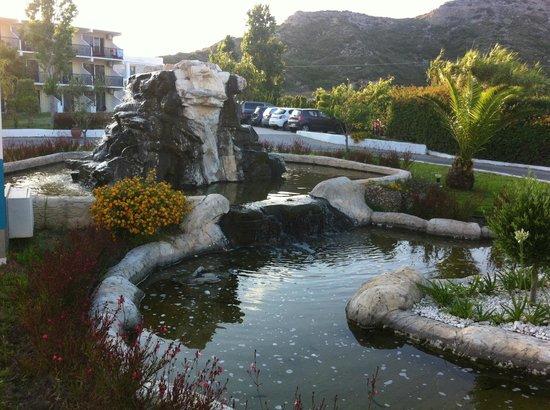 Sun Palace Hotel : Водопад перед главным входом в отель