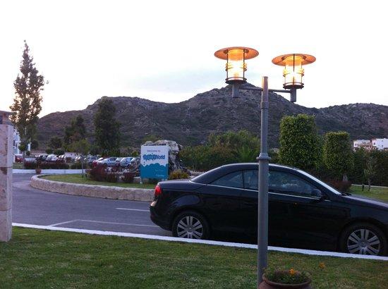 Sun Palace Hotel : Перед главным входом в отель
