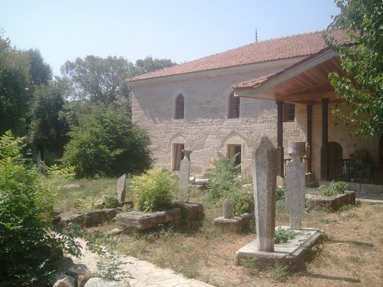 Mangalia, Ρουμανία: The graves surrounding the mosque are no ordinary graves