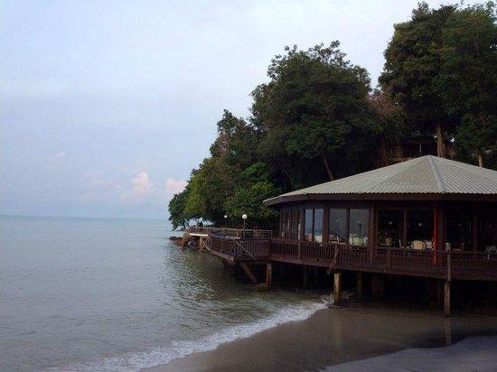 Century Langkawi Beach Resort : side view of the resort