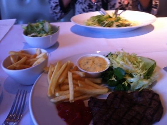 Le Cafe Anglais: Skirt steak with bearnaise sauce and chips