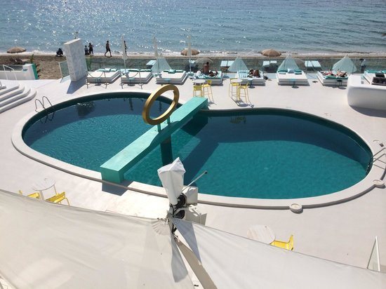 Santos Ibiza Suites: Pool and beach side