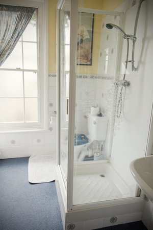 Wavecrest Guest House: Room 4 - private shower room