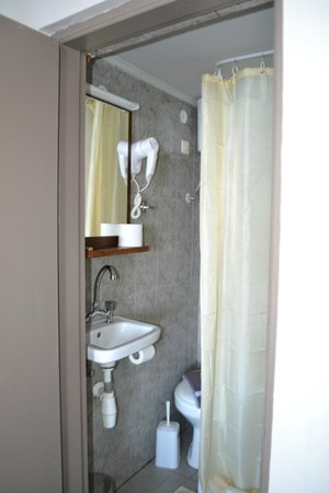 Hotel Porto Antico : Piepklein badkamertje