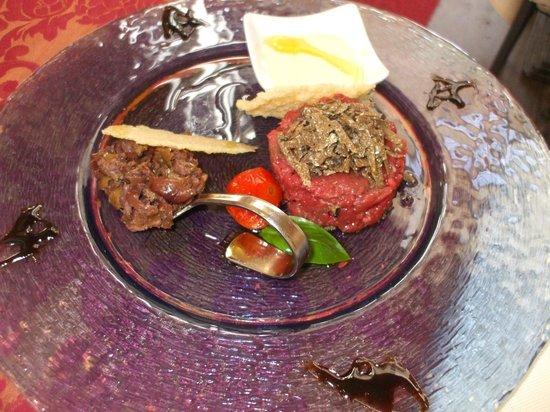 Ristorante Maffei : Battuta di manzo con scaglie di tartufo nero e creme brûlé al parmigiano