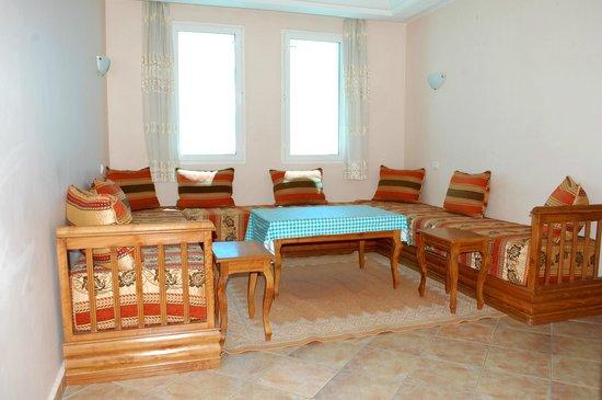 Residence Hotel Azour : salon d'un appartement avec 3 canapé-lits