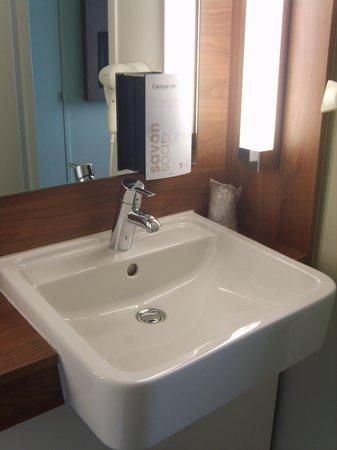Campanile Carcassonne Est - La Cite : Coin salle de bains