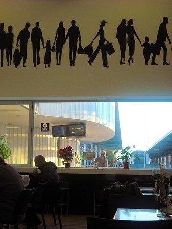Estacion Intermodal de Almeria : Restaurant im Busbahnhof mit TV, Wifi und Blick auf den Bahnsteig. Gibt auch gute Tapas!