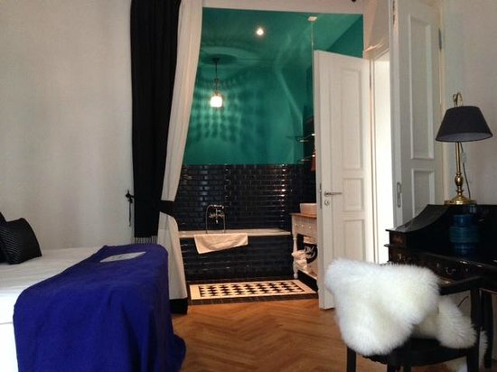Berlin Gorki Apartments: The bedroom and view to beautiful bathroom