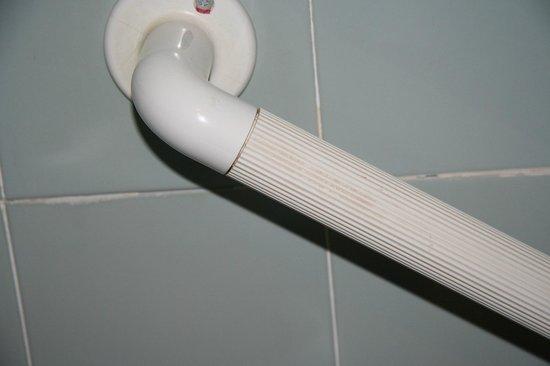 Aberdeen Lodge: dreckiger Handgriff bei der Badewanne