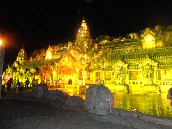 Phuket FantaSea: lighting