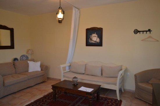 Olive Coast Suites: Woonkamer