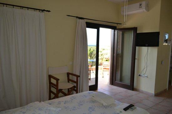 Olive Coast Suites: Slaapkamer met terras