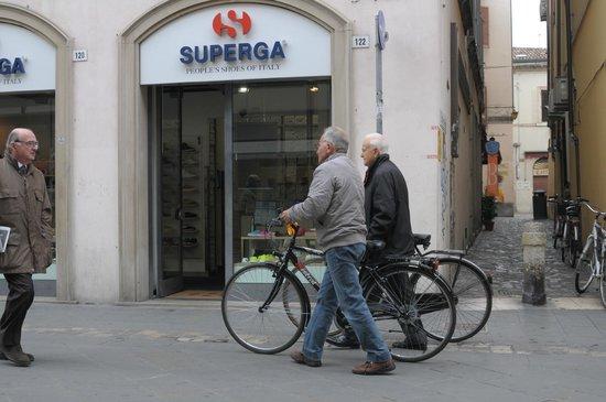 Rimini centro : пожилые велосипедисты