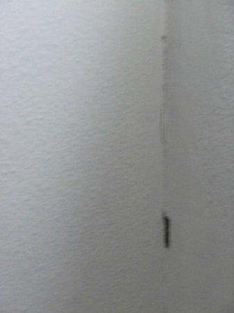 Airo Tower Hotel: muro camera