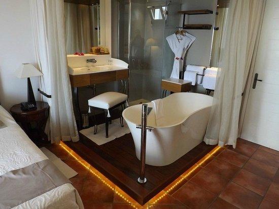 Blue Margouillat Seaview Hotel : salle de bain royale