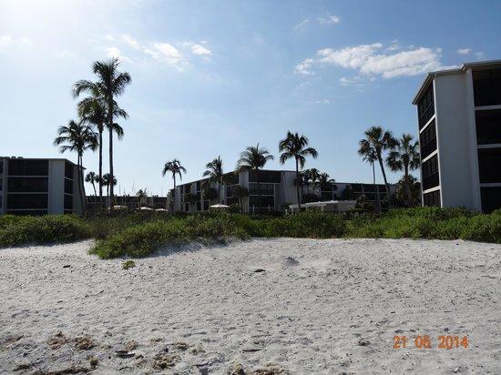 Sundial Beach Resort & Spa : View from the beach to the resort