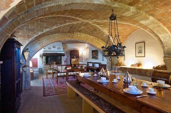 Fortezza de'Cortesi: breakfast room under vaults and background classic music