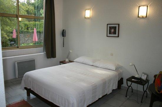Hotel Les Bellugues : chambre