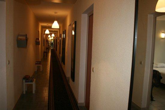 Hotel Les Bellugues : couloir de l'hôtel