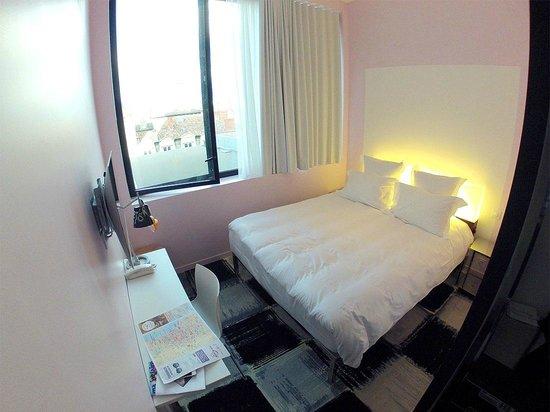 Mama Shelter Bordeaux : La habitación no es muy grande, pero la cama es comodísima