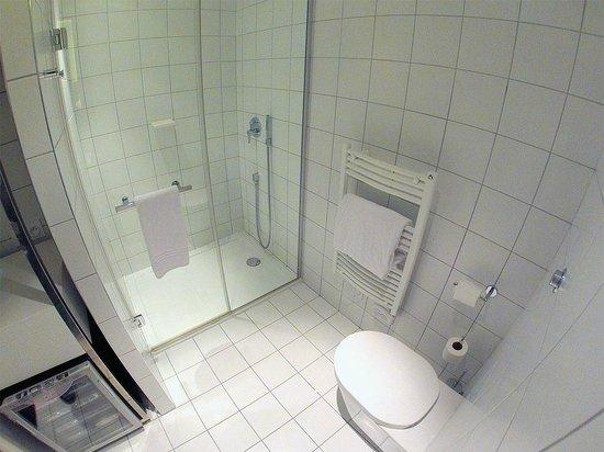 Mama Shelter Bordeaux: Un gran cuarto de baño