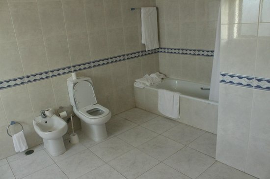 Plaza Real Atlantichotels: bath and toilet large bathroom