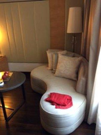JW Marriott Hotel New Delhi Aerocity: Lounge in bedroom