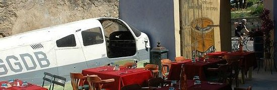 Le Piano Gourmand : Le patio avec son avion