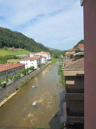 Los Acebos Cangas: Rio Sella a su paso por debajo del hotel en Cangas de Onís.