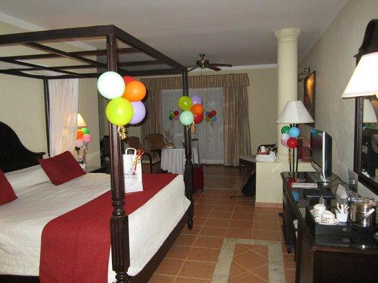 Luxury Bahia Principe Ambar Blue : Habitación decorada a la llegada