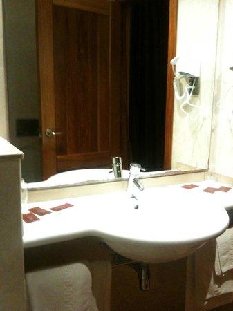 Hotel Placa de la Font: Baño no muy grande pero limpio