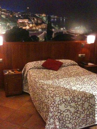 Hotel Placa de la Font: Cama y cabezal, decoración sencilla y agradable
