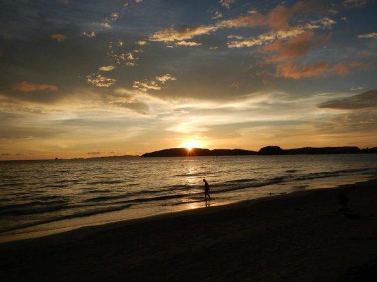 Noppharathara Beach: ノッパラットタラの夕日