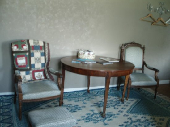 Chambre d'Hotes Cap et Marais d'Opale: Table and chairs in family room