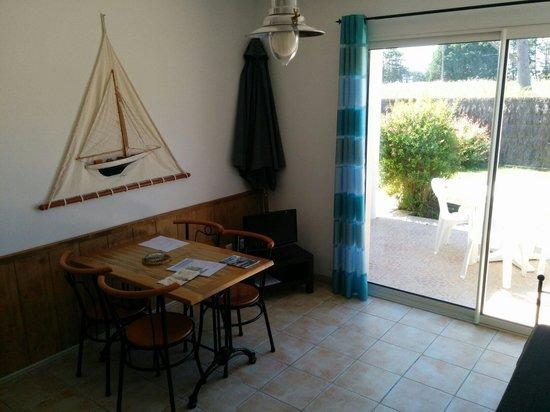 Appart Hotel Mon Calme : Piece de vie, partie salle à manger