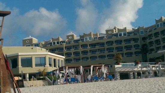 Gran Caribe Resort: hotel view from the beach