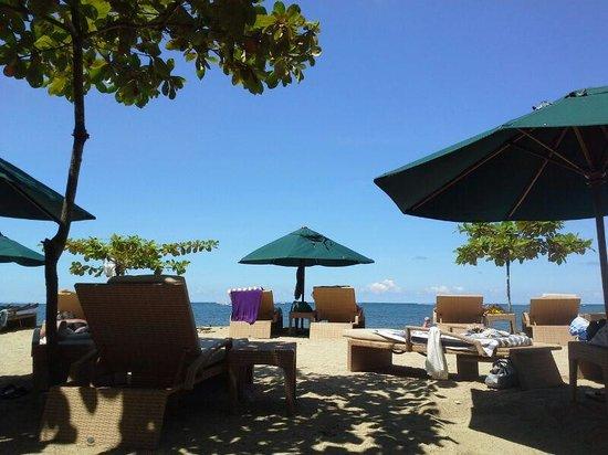 Prama Sanur Beach Bali: white sandy beach with sun lounge chairs