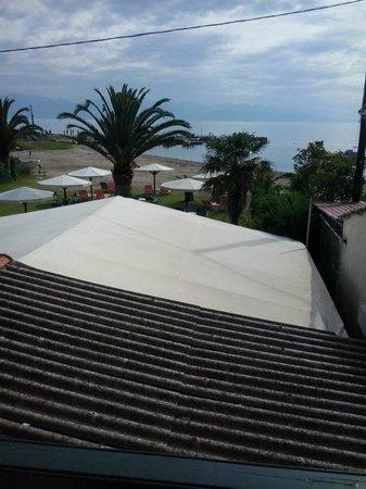 Hotel Astoria Sidari: Vista dal balconcino con tettoia in amianto