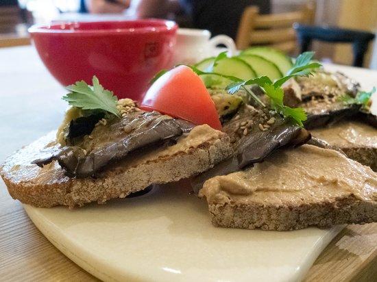 Le Pain Quotidien: Hummus on bread