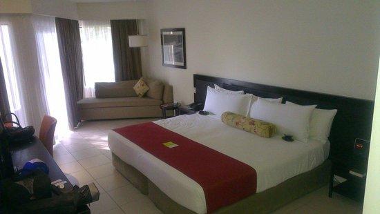 Radisson Blu Resort Fiji Denarau Island: King bed very comfortable, good choices of pillow