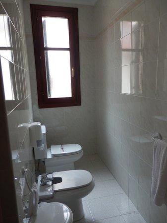 Hotel Sirimiri: baño